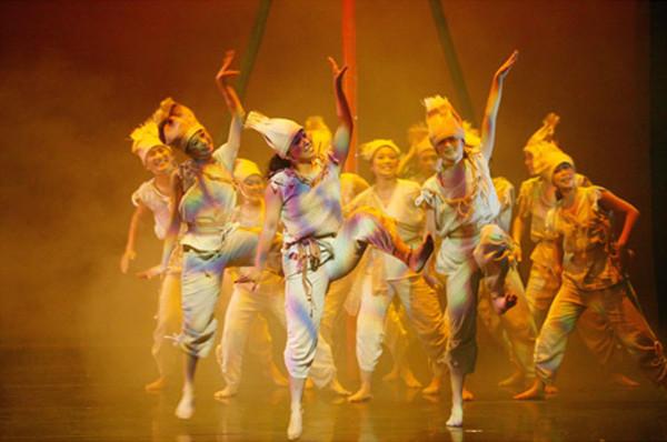 《纸风车幻想曲》是纸风车剧团艺术监督李永丰个人经典创作的集结,演出的主题是「艺术的创意」与「生活的想象力」。并藉由与所有小朋友的互动,让所有观众不自主的融入戏剧的情境。在过去十年间,曾经在台北的国家剧院和台湾319个乡镇演出过,超过九十万观众欣赏,是台湾最多观众看过的儿童剧经典。  演出由六个不同形式戏剧片段组成,集结了多媒体投影、偶戏、哑剧、黑光等元素,激发出舞台空间的无穷想象力,呈现出台湾现代剧场的创新观念。在目不暇给的片段之中激荡而出的艺术教育理念,转化在逗趣的戏剧之中! 听着动作与声音错落的鼓