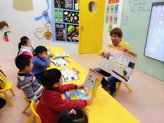 通过生动的绘本,培养孩子熟悉英文字母,开始用耳朵感知英文,通过视觉刺激对图画的意思和声音产生联系 课程教材: 采用国外Heineman为 Grade K编辑 的原版教材,每周推出两本绘本学习,25个课时将涉及不少于24本绘本,课后家长和孩子还可以反复观看视频录像进行自行学习。  这期课程包括共24本生动有趣的绘本!