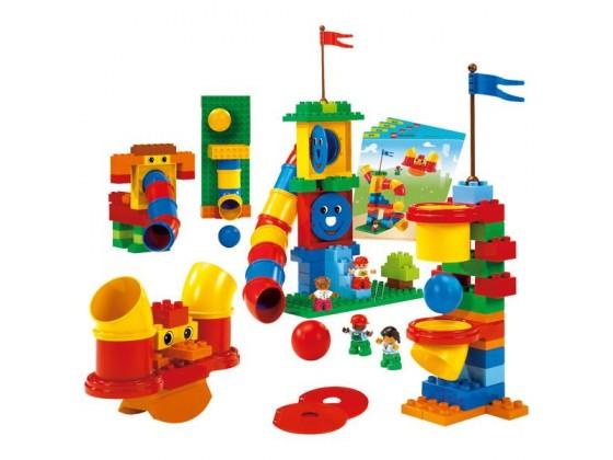 3岁下《小小乐高下》 充分发挥儿童想象力、逻辑能力、语言表达能力等多种能力的综合,让他们去学习和创编自己的积木故事。在过程中让他们感受并了解合作、秩序、事情的安排与讲述。 《管道游戏》:理解和掌握管道的简单科学知识,开启创造的能力来搭建管道抽象出的实物,对其想象力进行强化。 《故事大王》:充分发挥儿童想象力、逻辑能力、语言表达能力等多种能力的综合,让他们去学习和创编自己的积木故事。在过程中让他们感受并了解合作、秩序、事情的安排与讲述。  关于棒棒贝贝: 棒棒贝贝创立于2004年,是一家始终致力于儿童科技启