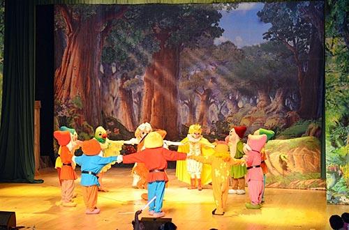 活动详情   儿童剧《白雪公主》      儿童剧《白雪公主》     小朋友