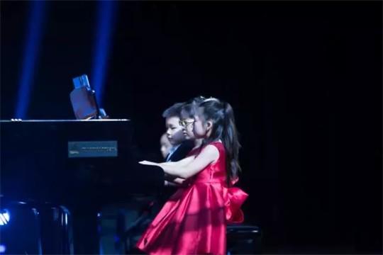 比明星孩子还幸运的,是这样玩钢琴的!你孩子也可以!